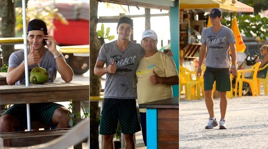 Ex-BBB Fael toma água de coco e caminha pela orla da praia, na zona oeste do Rio (10/5/12)