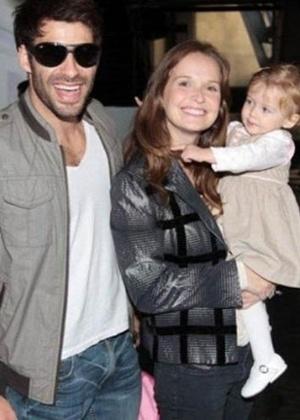 Fernanda Rodrigues, que esteve no programa de Angélica no sábado (2/6), passeia com a filha, Luísa, e o, marido Raoni Carneiro (2010/2011)