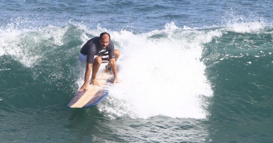 Humberto Martins surfa na praia da Macumba, zona oeste do Rio (10/5/12)