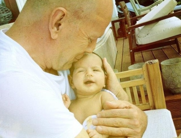 Mulher de Bruce Willis, Emma Heming-Willis, divulga foto do ator segurando a filha, Mabel (10/5/12)