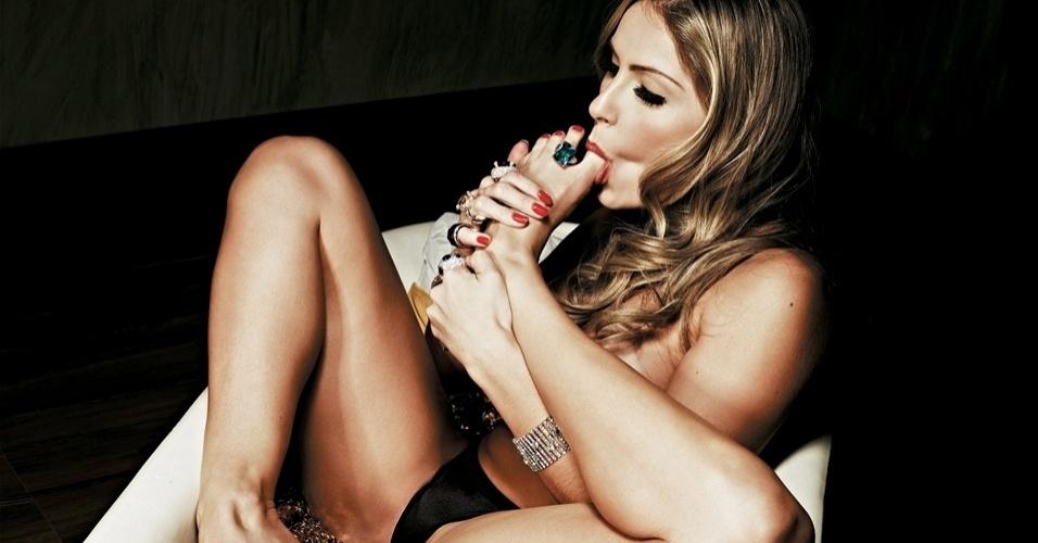 """Renata do """"BBB12"""" chupa o dedo do pé em foto do ensaio inspirado nos sete pecados para a edição de maio da """"Playboy"""" (10/5/12)"""