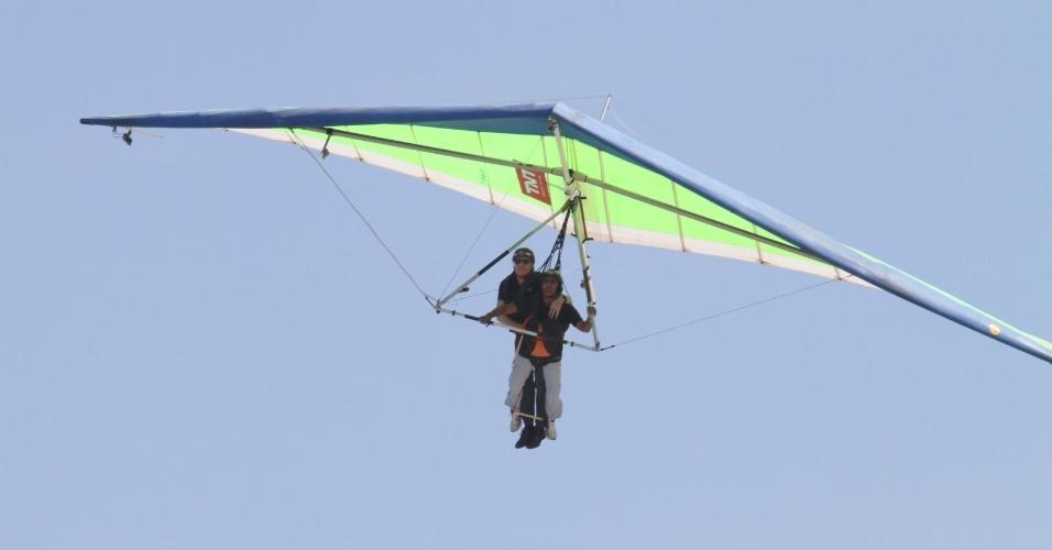 """Roberto Justus faz voo duplo de asa delta na praia do Pepino, zona sul do Rio (10/5/12). O salto faz parte das gravações do programa """"Roberto Justus +"""" que vai ao ar pela Record"""