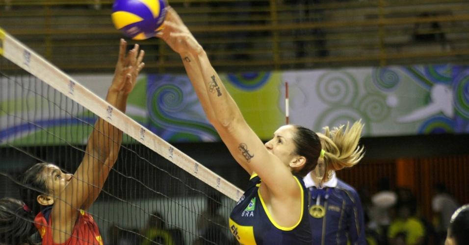Thaísa salta para bloquear ataque da seleção colombiana