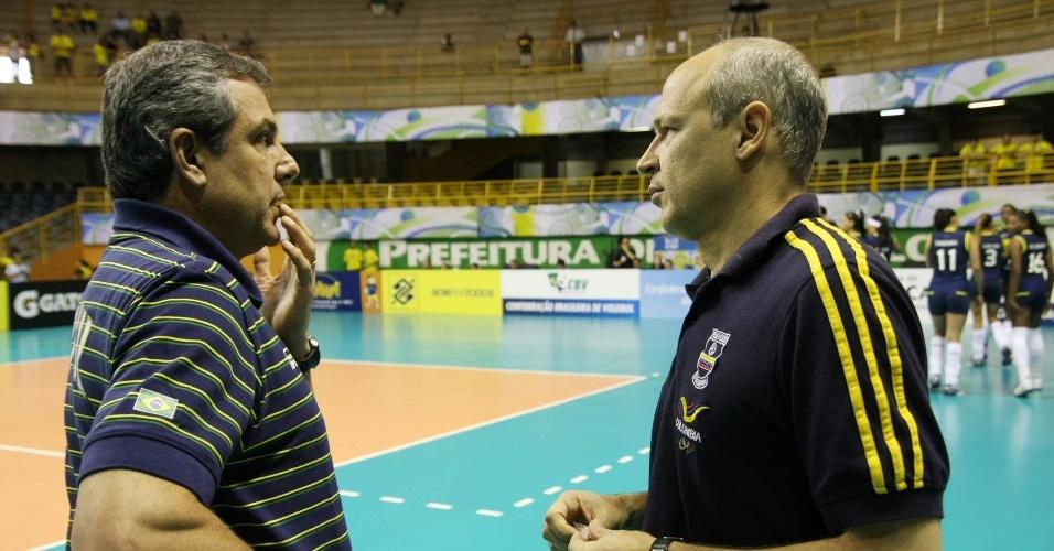 Treinador José Roberto Guimarães conversa com técnico da Colômbia antes da partida