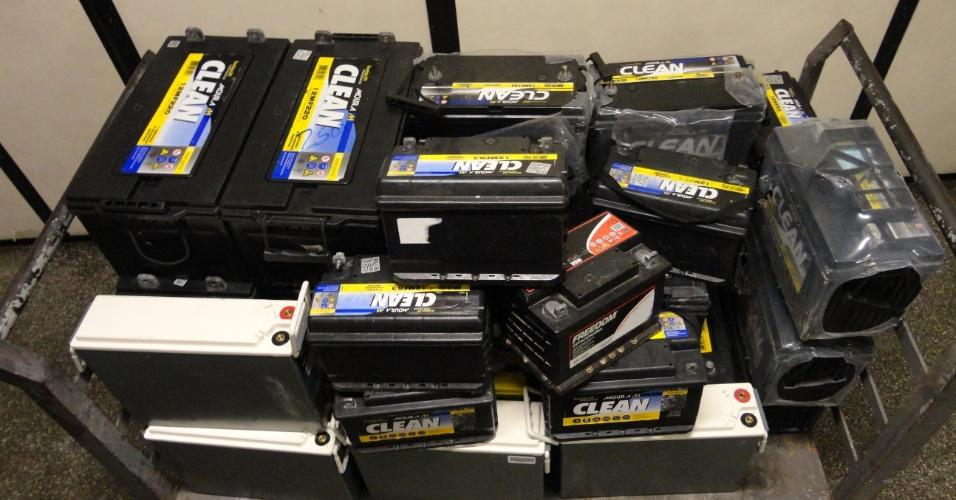 11.mai.2012 - A Polícia Civil prendeu dois homens envolvidos na venda de baterias furtadas das ERBs (Estações Radio Base) de empresas de telefonia em Itanhaém, no Litoral de São Paulo. Na operação, foram recuperadas 31 peças. Os equipamentos eram comercializados em um site de leilões