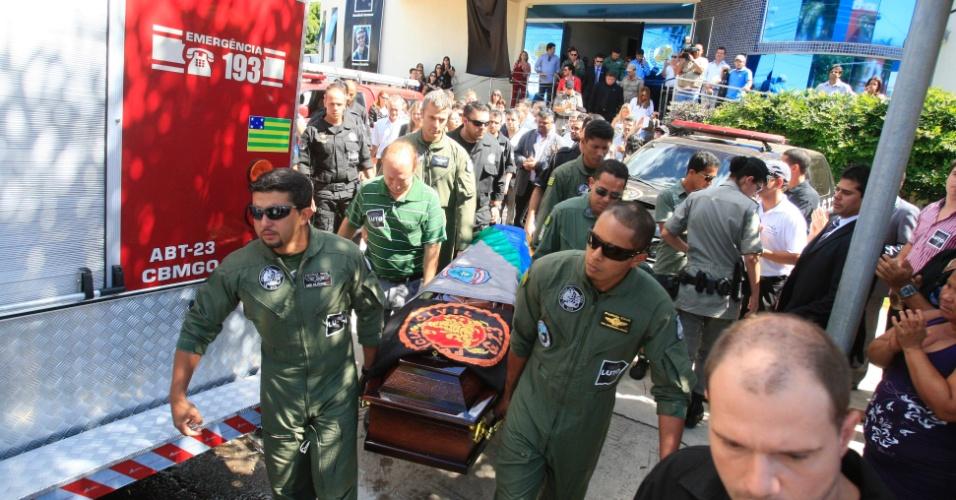 11.mai.2012 - Amigos e parentes participam do funeral do delegado e piloto Osvalmir Carrasco Melati Júnior, 37,em Goiânia (GO). Osvalmir morreu na queda de um helicóptero da Polícia Civil, em Piranhas, no sudoeste de Goiás, durante a reconstituição da chacina de Doverlândia