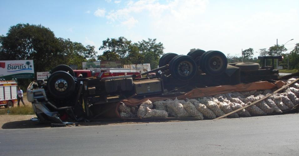 11.mai.2012 - De acordo com o Corpo de Bombeiros de Minas Gerais, um caminhão carregado de cebolas tombou na BR- 365, na tarde de quinta-feira (10), em uma rotatória que dá acesso à cidade de Buritizeiro (que fica a cerca de 340 km de Belo Horizonte). De acordo com a corporação, o motorista vinha da Bahia em direção ao interior de São Paulo