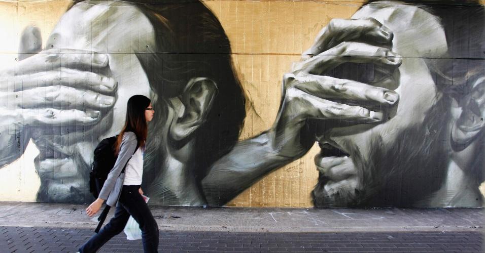 11.mai.2012 - Garota passa por grafite feito pela artista espanhola La Mesa, durante festival de arte urbana na universidade politécnica de Valencia, na Espanha