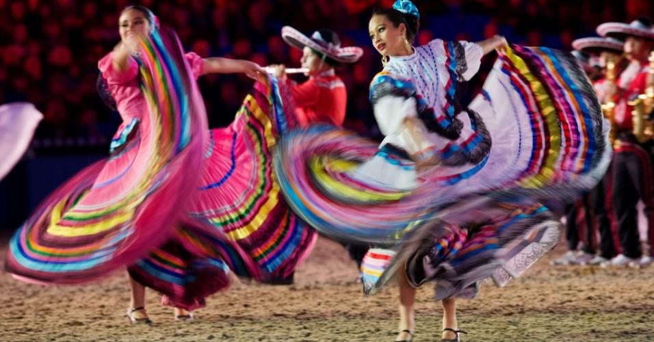 11.mai.2012 - Grupo de dança mexicano se apresenta durante o Jubileu de Diamante da Rainha Elizabeth II