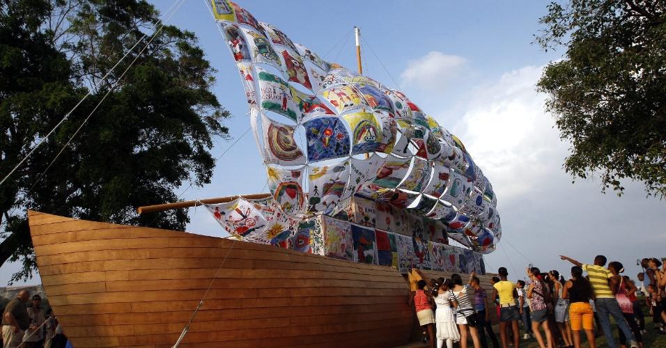 """11.mai.2012 - Grupo de pessoas observam a apresentação da obra """"O barco da Tolerância"""" das artistas russas Ilya e Emilia Kabakov, como parte das atividades da XI Bienal de Havana (Cuba)"""