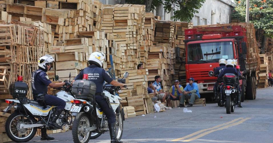 11.mai.2012 - Guarda Municipal de São Paulo acompanhada da Vigilância Sanitária, da Guarda Ambiental e da Polícia Militar fiscaliza a fabricação ilegal de caixas de madeira para transporte de legumes e frutas no bairro da Vila Leopoldina, na capital paulista