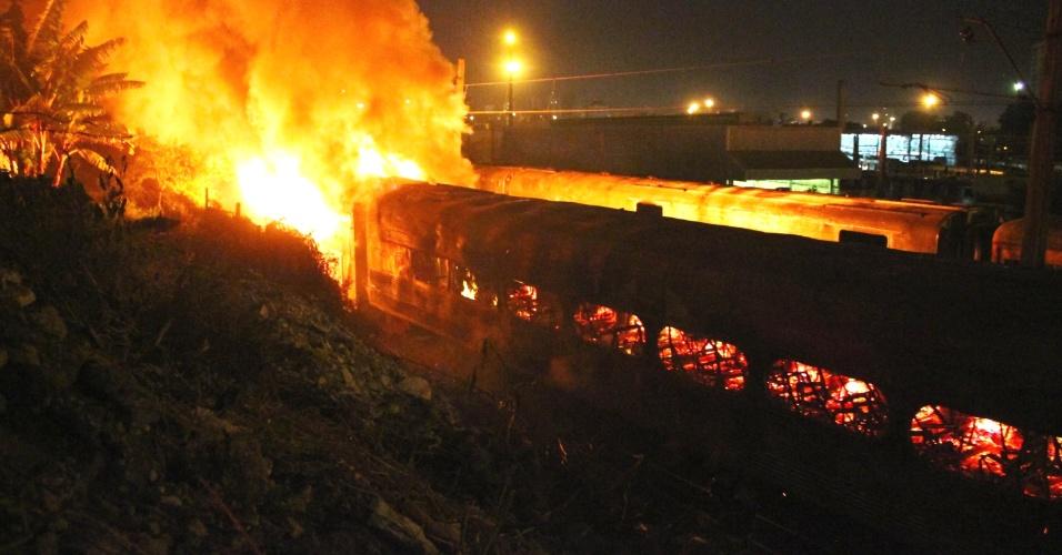 11.mai.2012 - Incêndio atingiu a garagem da CPTM (Companhia Paulista de Trens Metropolitanos) na estação Presidente Altino e queimou quatro vagões desativados na noite de quinta (10), em Osasco, na Grande São Paulo