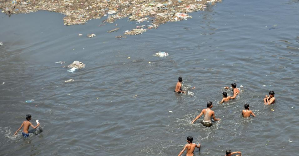 11.mai.2012 - Jovens se divertem durante dia quente em canal poluído de Rawalpindi, no Paquistão. Ondas de calor tem elevado a temperatura na faixa de 41ºC em algumas regiões do país