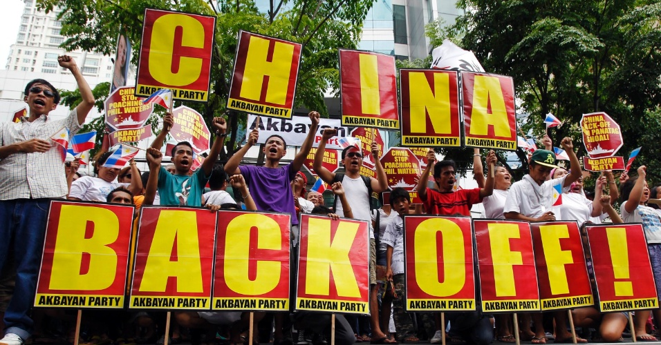 11.mai.2012 - Manifestantes filipinos saem em passeata segurando cartazes e gritando slogans anti-China durante manifestação em frente ao consulado chinês no centro financeiro de Manila Makati, nas Filipinas
