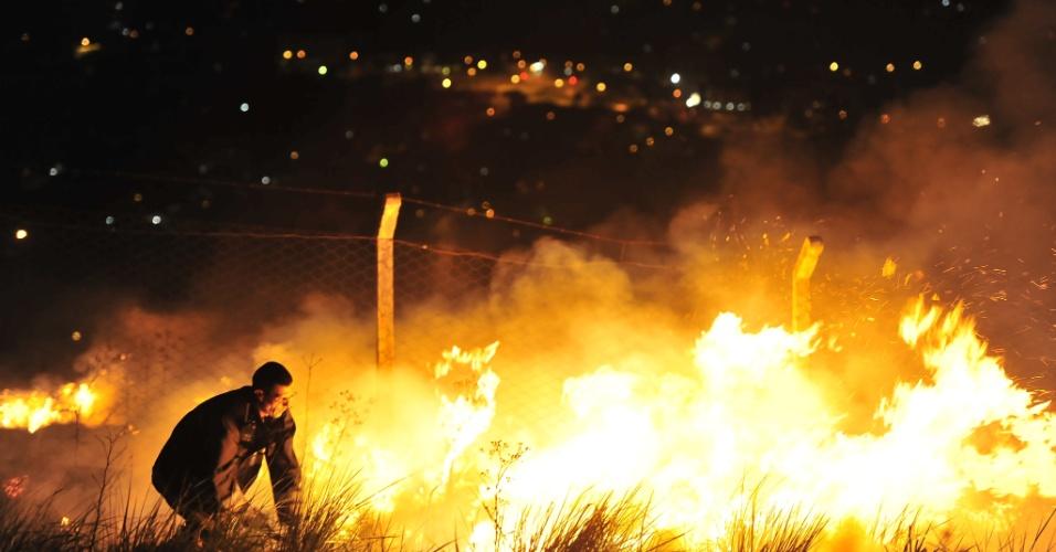 11.mai.2012 - Na madrugada desta sexta-feira (11) o Corpo de Bombeiros de Porto Alegre foi acionado para combater um incêndio em uma área de vegetação do morro da Polícia, no bairro Glória