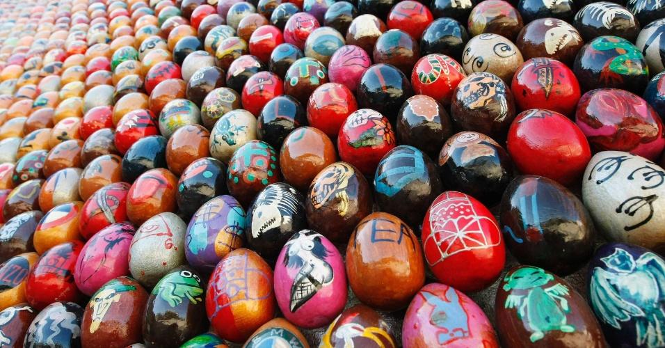 """11.mai.2012 - Ovos pintados a mão cobrem a obra de arte """"altar das nações"""", na praça Sofiyskaya, em Kiev, na Ucrânia. A obra tem 22 metros de altura e 38 de largura"""
