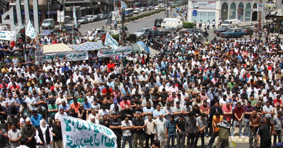 11.mai.2012 - Parentes de islamitas detidos em prisão libanesa fazem as orações de sexta-feira durante protesto a favor da soltura dos islamitas e melhorias das condições do presídio, em Trípoli, no Líbano