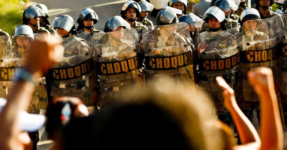 11.mai.2012 - Policiais do Grupamento de Ações Táticas Especiais (Gate) e a Cavalaria da Polícia Militar cumpriram ordem judicial de reintegração de posse da ocupação Eliana Silva, na Vila Santa Rita, na região do Barreiro, em Belo Horizonte