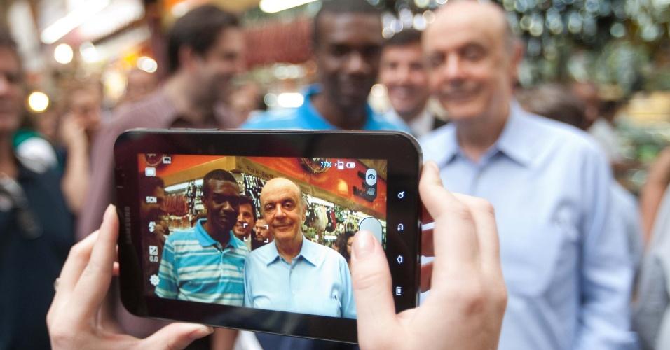 11.mai.2012 - Pré-candidato do PSDB à prefeitura de São Paulo Jose Serra tira foto com um possível eleitor durante visita ao Mercado Municipa