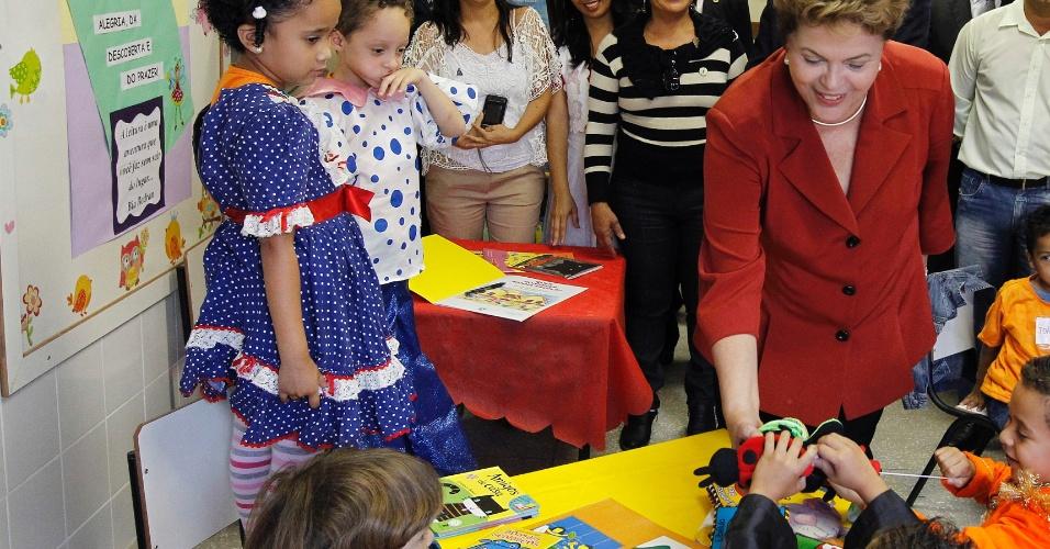 11.mai.2012 - Presidente Dilma Rousseff conversa com crianças durante visita inaugural ao Centro Infantil Municipal Wilma da Costa Pinto Afonso, em Betim, Minas Gerais