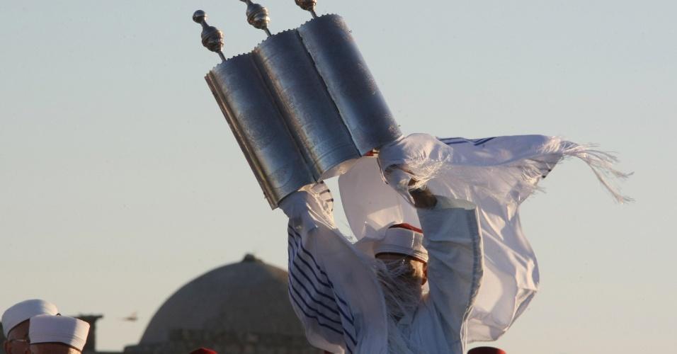 11.mai.2012 - Samaritanos fazem orações ao amanhecer no topo do Monte Gerizim, perto do norte da cidade de Nablus, na Cisjordânia, para marcar o fim do feriado de Páscoa