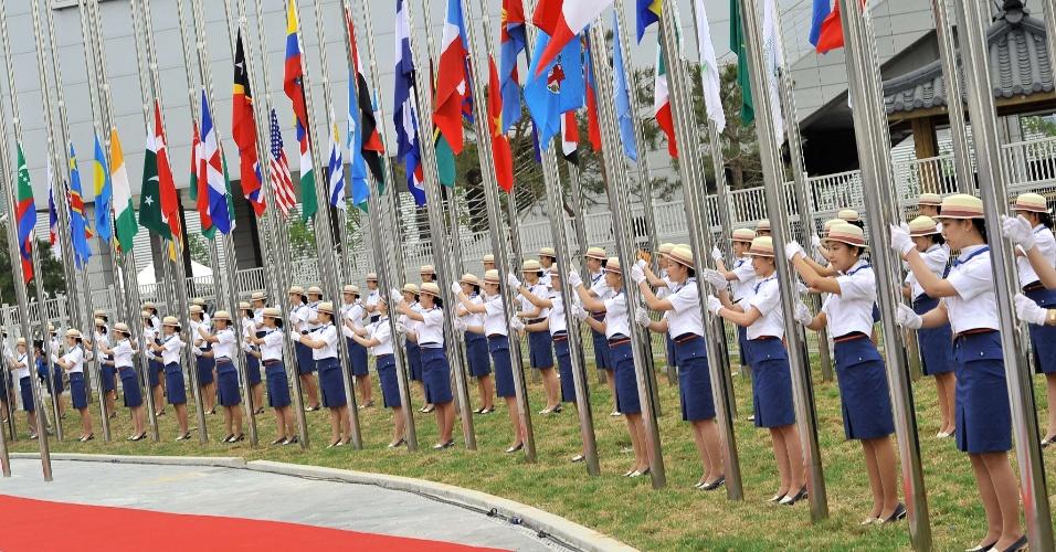 11.mai.2012 - Sul-coreanas participam de cerimônia de hasteamento da bandeira na cidade de Yeosu, durante cerimônia de abertura da Expo 2012
