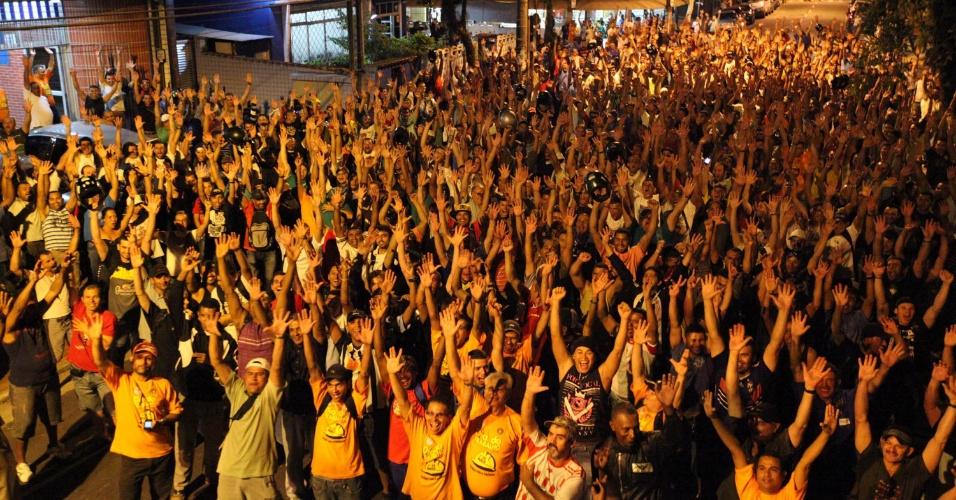 11.mai.2012 - Trabalhadores do polo industrial de Cubatão, São Paulo, decidiram pela paralisação de seus serviços durante assembleia