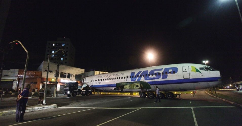 11.mai.2012 - Um avião da extinta companhia aérea VASP, que foi arrematado por R$ 133 mil em um leilão, é transportado pelas ruas de São Paulo na madrugada desta sexta (11), rumo à cidade de Araraquara (SP)
