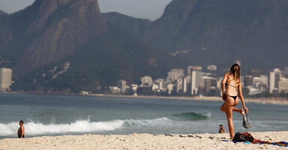 11.mai.2012- Banhistas aproveitam a sexta-feira ensolarada na praia de Ipanema, no Rio de Janeiro. Não há previsão de chuva, e a temperatura máxima prevista é de 32°C