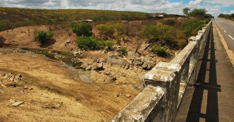 15.mai.2012 - A seca começou a se espalhar novamente pelo Nordeste. Segundo dados das defesas civis e estaduais, mais de 750 municípios já decretaram situação de emergência e mais de 4 milhões de pessoas foram afetadas. Às margens da AL-220, o rio Traipu está completamente seco