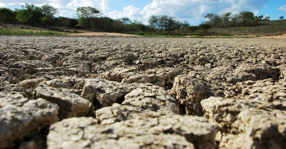 15.mai.2012 - Açude seco, em Capim Grosso (SE), deixa sertanejo sem água para dar aos animais. A seca começou a se espalhar novamente pelo Nordeste. Segundo dados das defesas civis e estaduais, mais de 750 municípios já decretaram situação de emergência e mais de 4 milhões de pessoas foram afetadas