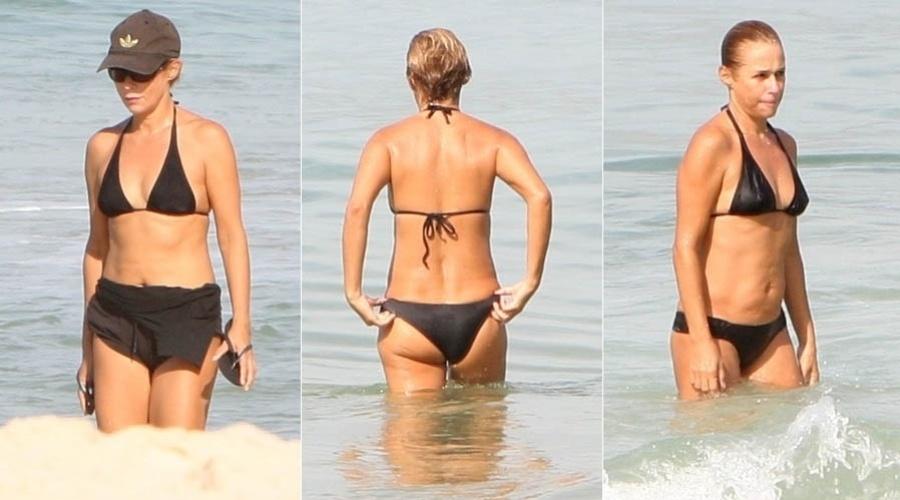 Andréa Beltrão caminha e mergulha na praia de Ipanema, na zona sul do Rio (11/5/2012)