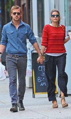 De mãos dadas, Eva Mendes e Ryan Gosling tomam café juntos e passeiam pelas ruas de Nova York (10/5/12)