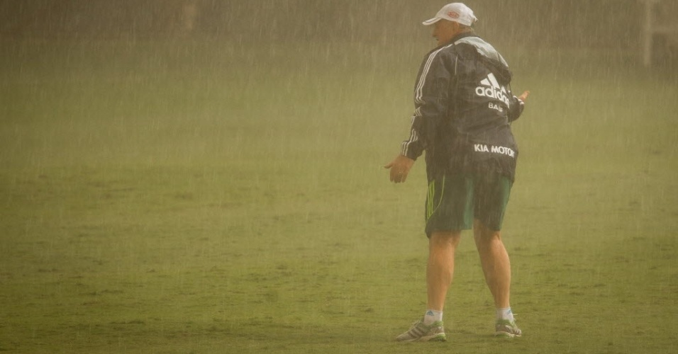 Felipo comanda treino do Palmeiras, em abril, debaixo de forte chuva que atingiu So Paulo