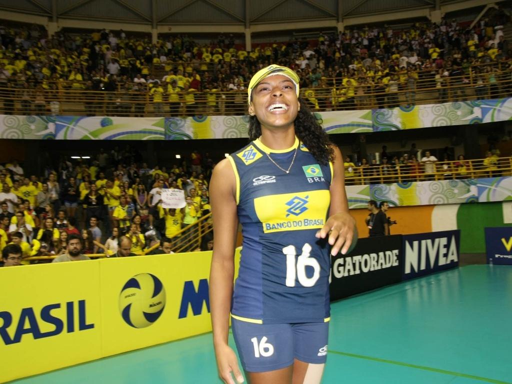 Fernanda Garay, atacante da seleção brasileira de vôlei, recebe os parabéns da torcida no Pré-Olímpico de São Carlos