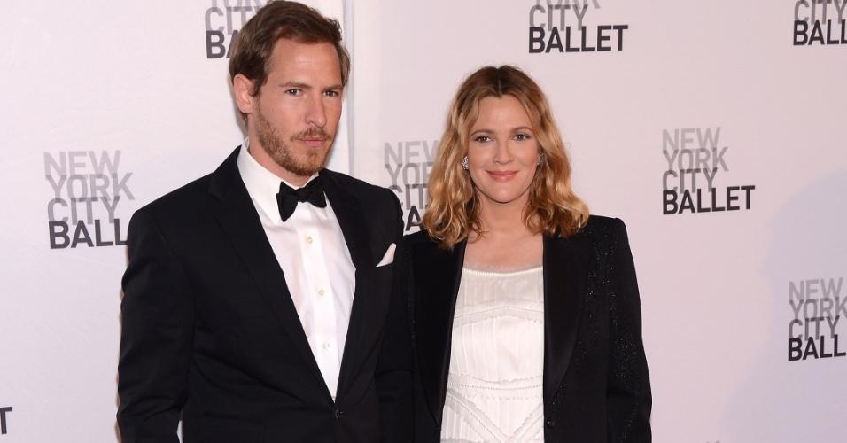 Grávida de seu primeiro filho, Drew Barrymore assiste espetáculo de ballet ao lado do noivo, Will Kopelman, em Nova York (10/5/12)