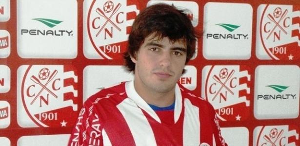 Lateral esquerdo João Paulo posa com a camisa do Náutico em sua apresentação