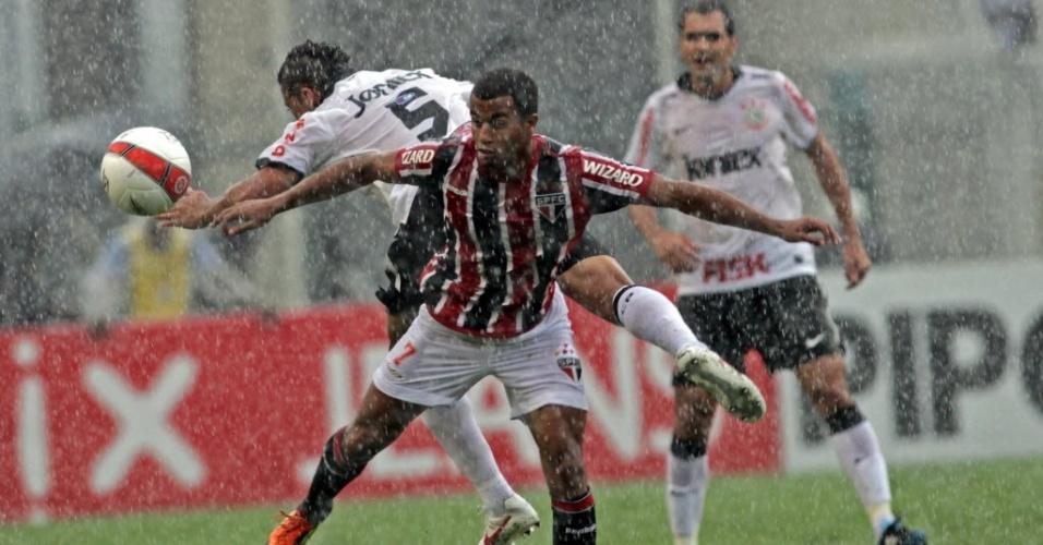 Lucas, do São Paulo, e Ralf, do Corinthians, disputam jogada durante clássico disputado debaixo de forte chuva, no Paulistão