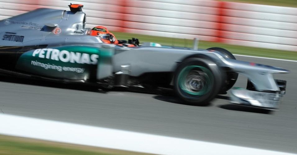 Michael Schumacher, que reclamou dos pneus durante a semana, pilota a sua Mercedes no primeiro treino para o GP da Espanha