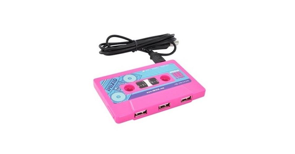 O Imixid Hot Pink Cassette é um hub USB em formato de fita cassete que não preza pela discrição (o tom de rosa não é dos mais apagados). Ele tem três portas USB e vem com uma porta mini-USB para ligar o hub a um computador Mac ou PC