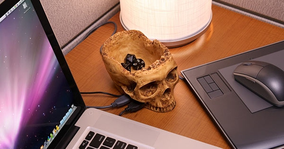 O SkullHub USB tem a forma de (adivinha) uma caveira do cr&#226;nio humano. Al&#233;m de disponibilizar quatro postas USB 2.0, na regi&#227;o da moleira do cr&#226;nio h&#225; um espa&#231;o porta-treco. D&#225; para colocar clipes, moedas e outros objetos pequenos