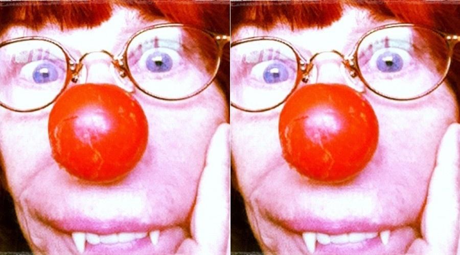 Rita Lee divulga foto usando nariz de palhaço e dentes de vampiro (11/5/12)
