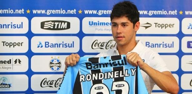 Rondinelly recebe a camisa 27 e é apresentado pelo Grêmio (11/05/2012)