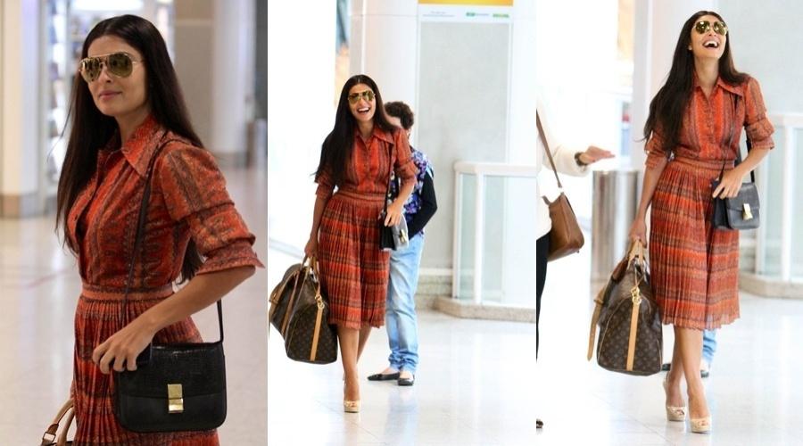 Sorridente, Juliana Paes circula pelo aeroporto Santos Dumont, centro do Rio (11/5/12)