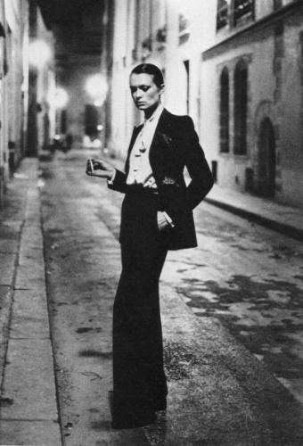 Yves Saint Laurent reforçou esta nova atitude feminina e criou o smoking para mulheres, eternizado através desta imagem do fotógrafo Helmut Lang