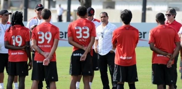 Zinho conversa com jogadores do Flamengo e Joel Santana antes de treinamento (11/05/2012)