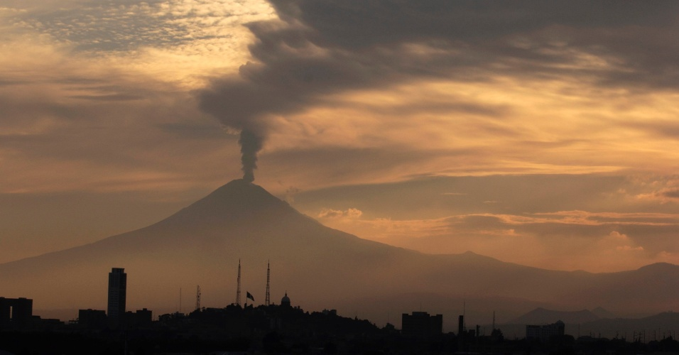 12.mai.2012 - O vulc&#227;o Popocatepetl expele nuvem de cinzas e vapor em Puebla, no M&#233;xico