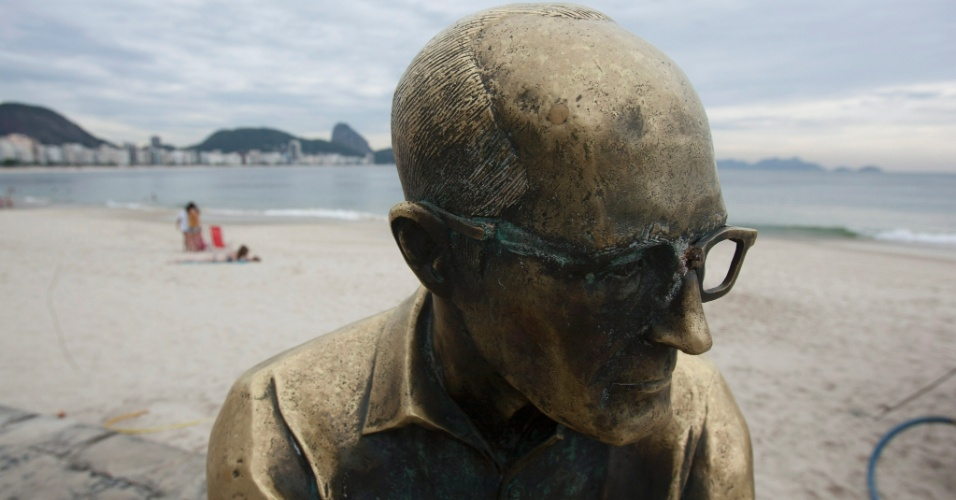 12.mai.2012- da est&#225;tua do poeta mineiro Carlos Drummond foi quebrado por v&#226;ndalos 
