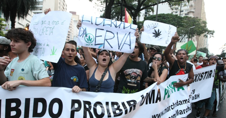 12.MAI.2012- Popula&#231;&#227;o participa da Marcha da Maconha no centro de Belo Horizonte. O grupo pede a legaliza&#231;&#227;o do uso da planta no pa&#237;s