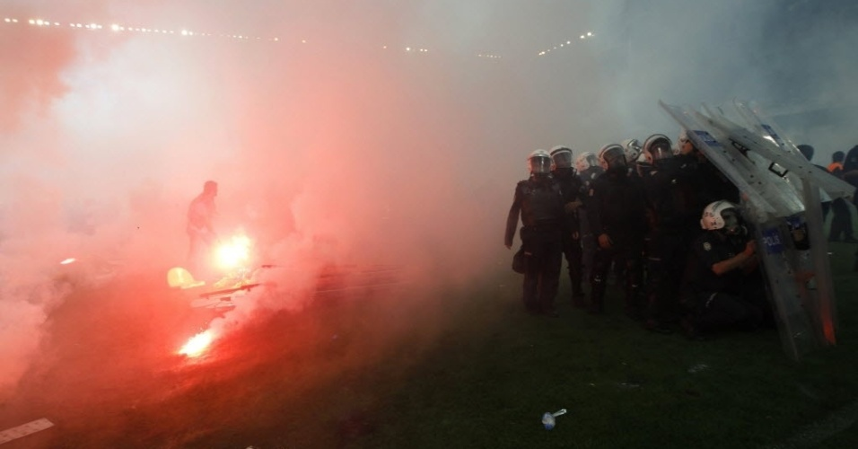 12.mai.2012- Torcedores  do time Fenerbahce invadem o campo e entram em confronto com a pol&#237;cia em partida contra o Galatasaray, em Istambul, Turquia